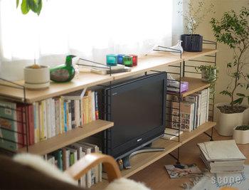テレビを観ている時に、本も一緒に目に入る本棚の配置。意識していなくても本が身近に感じられるファミリーライブラリーのアイデアですね。