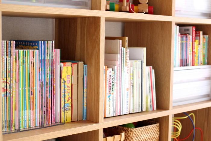 親子で本を共有することで、お子さんには新たな刺激に、大人にとっては普段目にしない子ども向けの本から気づきや感動をもらえることがたくさんあります。また、暮らしの身近な場所にファミリーライブラリーをつくることで、しばらく誰にも触れられず眠っていた本たちもきっと喜ぶはず。  過去の自分に出会えたり、家族の思い出をつないだり…。ファミリーライブラリーは、あなたの暮らしをより豊かにしてくれるはずです。