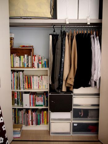 すっきりとした空間づくりを目指す方は、クローゼットのなかに本棚を置いてみても。扉を開いたらたくさんの本が。秘密基地のようにわくわくする空間に仕上がっています。