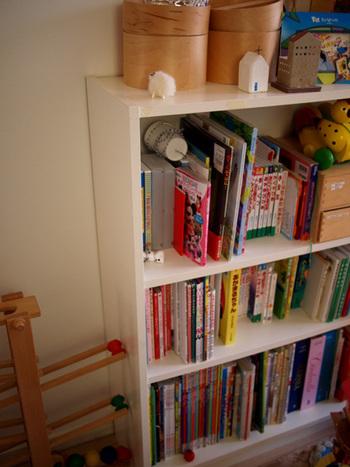 おもちゃも一緒に収納した、お子さんが気軽に本に親しめるアイデア。小さなころに読んでいた本もあえて一緒に並べることで、読み返す機会が増えて、新たな気づきや感動につながりそう。