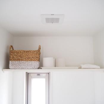 白をベースにした内装は、ナチュラルなトイレインテリアにぴったり。清潔感のある空間づくりがかないます。