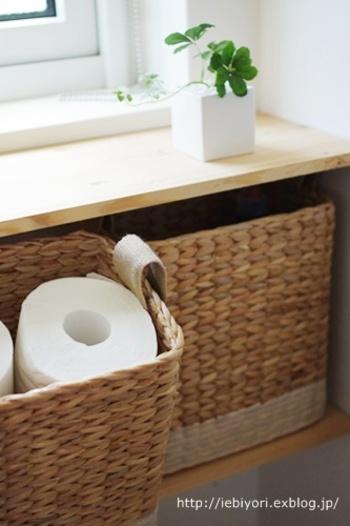 隠す収納には、自然素材で編まれたカゴを。優しい雰囲気のインテリアにもマッチします。  他にも目隠し布やカフェカーテンなどにも、木綿など自然素材を取り入れると素朴で温かみのある空間に。