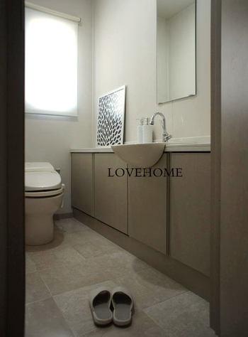 シンプルモダンスタイルのトイレは、白をベースに無彩色の差し色を1.2色取り入れたインテリアが基本。空間はあくまでもシンプルに、飾りすぎないのが上手くいくコツです。  最近では、トイレをできるだけ広くして手洗い場をつくるケースも増えているよう。壁面に鏡を取り付ければ、小さなドレッサールームのような役割も。