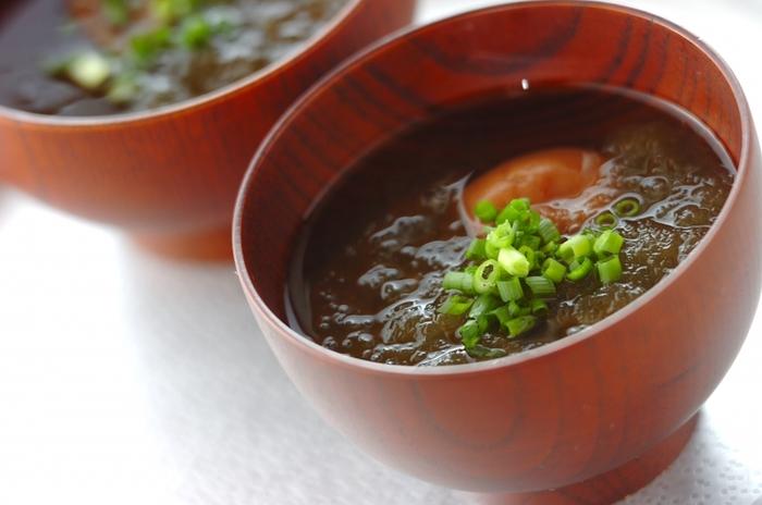 お椀に梅干しととろろ昆布、麺つゆを入れるだけ。温かいお湯を注げば、とろりと美味しいスープの完成です。簡単なのに栄養もしっかりと取れるのはスーパーフードだからこそ♪