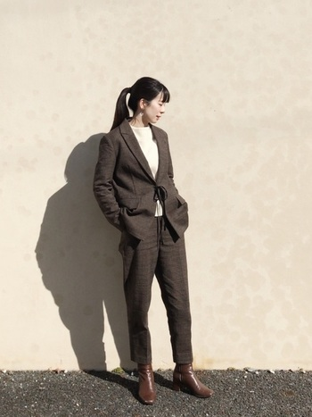 マニッシュなテーラードジャケットに細身のパンツというメンズライクな着こなしも、ブラウンを選べば、こなれたスタイリングに。インナーに白を持ってくることで、女性らしい柔らかな雰囲気がプラスされます。