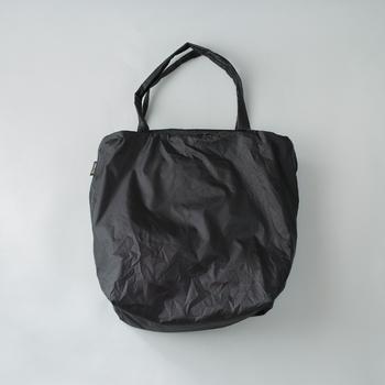 シンプルなトートバッグはどんなシーンでも使いやすそう。上部にはファスナーが付いていて便利&安心です。テントなどにも使われる丈夫なシルナイロン製で、撥水機能も備えています。