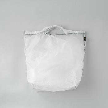 こちらもアウトドアで使われるシルナイロン製のバッグです。40gと超軽量ながら、15キロの重さにも耐えるタフさを備えています。持ち手は強化されていて、重いものを入れても負担になりにくい。