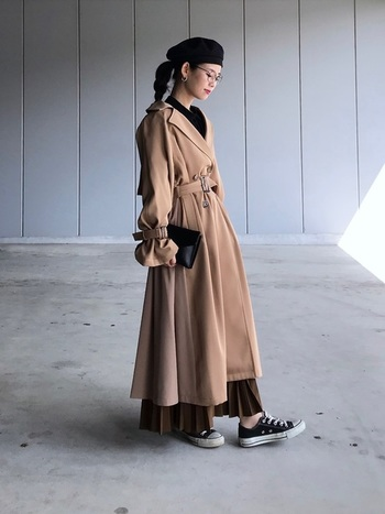 女性らしいブラウンのプリーツスカートに、ベージュのトレンチコートを合わせた上品な雰囲気のブラウンコーデ。フェミニンになりすぎないように、足元はスニーカーと足首見せで外してあげましょう。