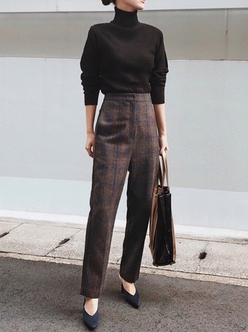 ブラウンのチェックパンツは、きちんとした装いもお任せのアイテム。シンプルなタートルネックを合わせれば、お仕事シーンでも大活躍のコーデに。足元をバレエシューズや、ローファーに変えると、また違った雰囲気が楽しめますよ♪