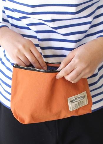バッグの中でも見つけやすい明るいカラーバリエーションも魅力的で、小物整理用として、ペンケースとして、さらにはトラベルポーチとしてなど、幅広い用途で活躍してくれるアイテムです。