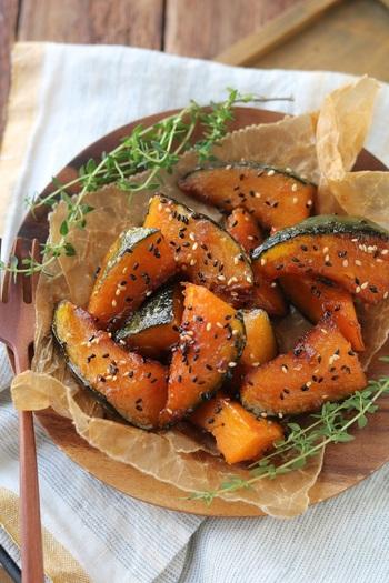 かぼちゃをごま油でしっかりと焼くことで、ビタミンEを逃すことなく吸収しましょう。  砂糖醤油で甘辛く味付けしていますが、かぼちゃ本来の甘味もしっかりと感じられます。冷めてもおいしいので、お弁当のおかずにしても合いますね。