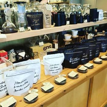 店内では美味しいコーヒーを淹れるためのグッズやコーヒー豆も取り扱っています。コーヒー好きにはたまらないラインナップも素晴らしい!