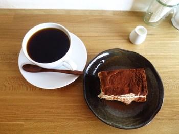 自家製ティラミスと丁寧にハンドドリップで淹れられたコーヒーの相性はバッチリ。わざわざ足を運びたくなるコーヒー店です。窓辺で読書タイムもオススメです。