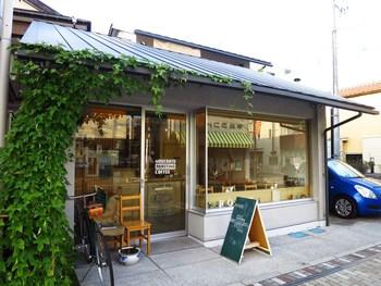 こちらも由比ヶ浜通り、長谷寺と鎌倉駅のちょうど中間付近に位置する「モデラートロースティングコーヒー」。優しい光が降り注ぐガラス張りの窓が印象的。