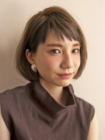 幼く見えがちなぱっつん前髪も、斜めに分けることで軽やかで大人っぽい印象に。