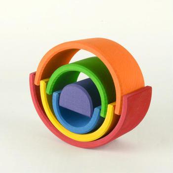 この虹色トンネルは、バランスを取りながら積み上げたり、さかさまにしてゆらゆらシーソー遊びをしたりできるだけでなく、一つ一つをトンネルに見立てて、ミニカーやお人形と組み合わせてもOK。