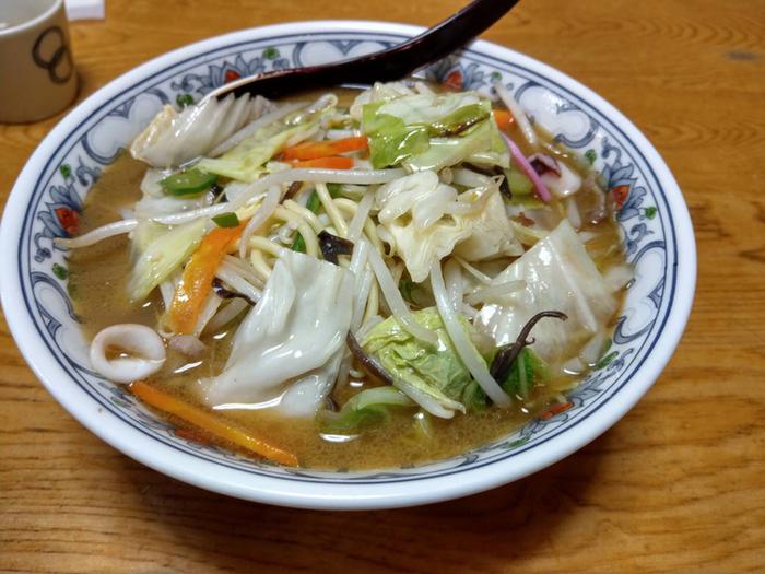 実は、チャンポンも隠れた人気メニュー。魚介の旨味が効いた醤油ベースのスープに野菜がたっぷりのっています。特に休日は、行列必至なので余裕を持って行くのがおすすめです。