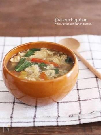 すこし、温活を意識したジンジャースープもご紹介。  まいたけ、えのきだけ、しめじに含まれるビタミンBは茹で汁に流れてしまいますが、スープとして飲み干すことでその栄養素もしっかり摂ることができます。また、れんこんもビタミンCが含まれているので水溶性ビタミンがたっぷりですね。  れんこんのとろみと、しょうがで体の中から温まるスープです。しょうがの香りを楽しみながらふんわりとした卵やきのこを味わいたい一品です。