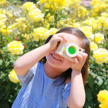 このカメラは、覗いたレンズをくるくる回すと、まるで万華鏡のように見えるんです。「お花を近くでみたらどうなるだろう?」「虫は?」「ママの顔は?」と、次々に子供たちの好奇心が刺激されるはず*