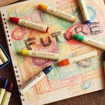 子供たちが大好きなお絵描き。でも、画材選びによっては、意外と子供にストレスを与えがちなのを知っていますか?  握力のない子供たちにとって、力を入れなくてもきれいに発色してくれることは、画材選びにおいてとても大切なポイント。「自分で描ける」「美しい色が現れる」喜びが、どんどん意欲を掻き立ててくれます。  そこでおすすめしたいのが、シュトックマーのクレヨン。折れにくい硬さはありながら、軽い力で微妙なニュアンスの美しい色彩が画用紙にのってくれる逸品です。