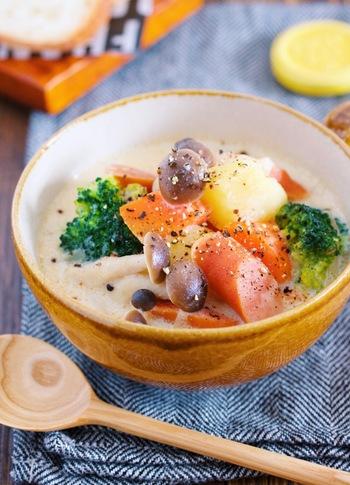 鶏ガラスープに豆乳と味噌をプラスした、野菜たっぷりの豆乳味噌スープ。味噌のぬくもりが、冷えた身体をほかほかと温めます。