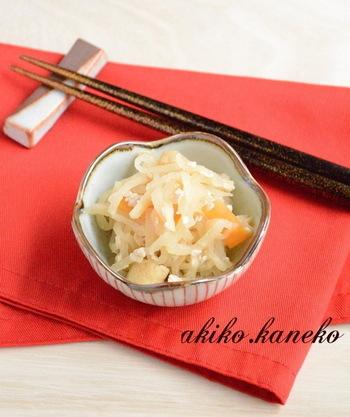 甘味を甘酒でプラスした、さっぱりと美味しい切干大根。炊飯器に米麹とお湯を入れて甘酒の素から作る、本格派レシピです。