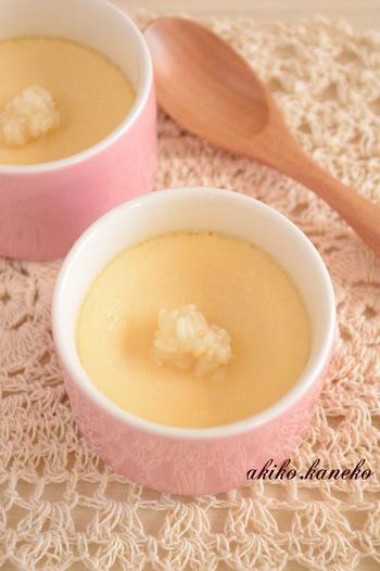 甘酒を作ったら、卵と牛乳を入れザルでこします。カップに注ぎ土鍋でゆっくりと蒸せば、しっとりなめらかな甘酒プリンに♪