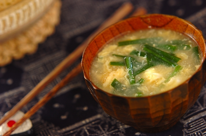 にぼしでじっくりと取った出汁にニラを加え、最後に溶き卵をふんわりと入れれば完成。にぼしの旨みがしっかりと効いているので、シンプルなのに味わい深い味噌汁に。