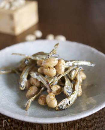 にぼしの旨みを堪能できる、大豆とともにフライパンで煎った素朴なおやつ。砂糖醤油が香ばしく、おつまみとしても◎