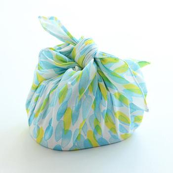 ダブルガーゼのやわらかな生地を使ったお弁当包み。正方形のお弁当包みの良いところは、箸入れやフルーツカップなどでお弁当自体のかたちが変わっても上手に包み込めるところ。