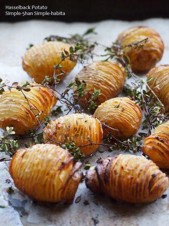ハッセルバックポテトは、じゃがいもに切れ込みを入れて焼き上げるスウェーデン料理。皮ごと使うので、皮が薄い新じゃがにぴったりです。こちらのレシピは、バターとニンニクでじゃがいもの味を活かしたシンプルな味付け。切れ目にチーズやベーコンを入れてアレンジしても美味しいですよ♪