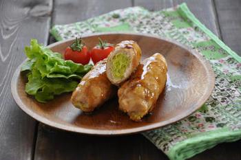 レンジで加熱したキャベツを豚肉でくるくると巻いたレシピ。肉に片栗粉をまぶすことで、やわらかくジューシーに仕上がります。甘辛いたれはご飯との相性も良く、弁当のおかずにもぴったりです。