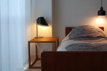 ビンテージのサイドテーブルです。 デンマーク製で雰囲気も抜群。ベッドでのゆったりタイムのお供、コーヒーと雑誌なんかの置き場にぴったりです。