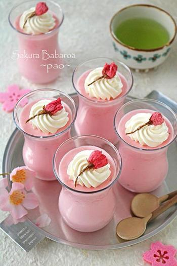 桜のような淡いピンクが可愛いババロア。桜あんを使うので砂糖は使わず、ただ混ぜて冷やすだけなので簡単です。見た目はもちろん、桜の風味とふわっとした食感の虜になってしまいそう♪