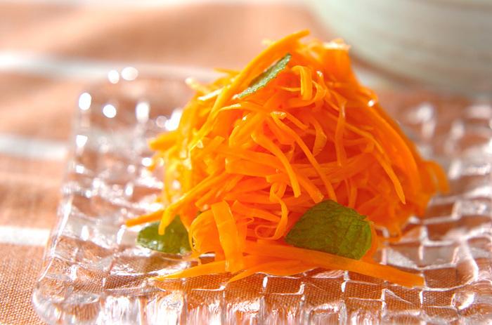 にんじんをナンプラーで和えたサラダ。ミントの爽やかな香りがまたおいしいです。切って合えるだけの簡単レシピ。