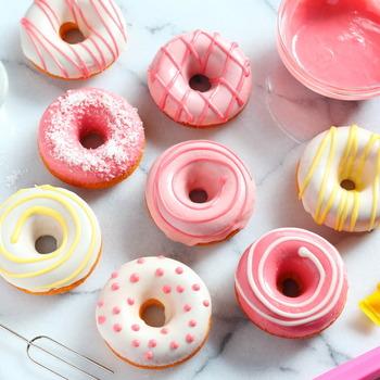 いろんなピンクが可愛いデコレーション焼きドーナツ。焼きドーナツなのでヘルシーなのも嬉しいですね。ストロベリーチョコだけでも十分可愛いですが、デコペンで模様を描くと春の差し入れにもぴったり♪