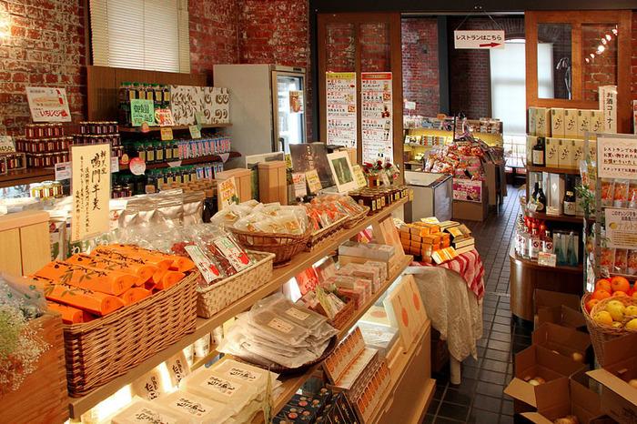 淡路島定番の食材やお土産物が揃う特産品店は、「淡路ごちそう館」オリジナルの商品もあり、幅広いラインナップです。目移りがして時間が経つのを忘れてしまいそうですが、それも一興ですよね。