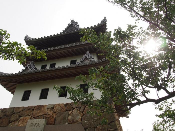 洲本城跡は、戦国時代から江戸時代にかけて、淡路国を統治するための拠点となった城。標高133mの三熊山の山上にあることから、「三熊城」としても親しまれ、日本100名城にも選ばれています。山頂に向かい高く構築された石垣は立派で、本城を守る曲輪(くるわ)として存在した当時を忍ばせます。