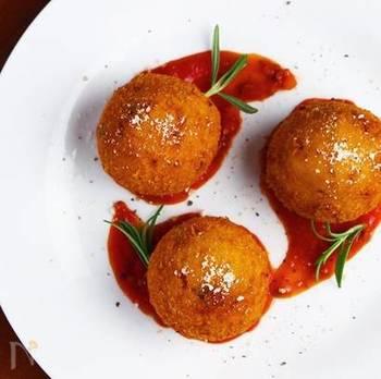 モッツァレラがとろりと美味しい「アランチーニ(ライスコロッケ)」。上手に作るポイントはお米をしっかり冷ましておくこと。食べ応えもあるので大人数のお花見弁当にもオススメです。コロコロかわいい形はみんなも喜んでくれますよ。