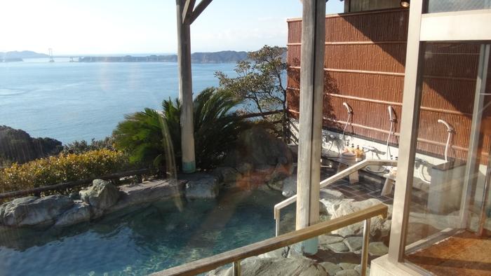 南あわじ市で一泊するなら、オーシャンビューが叶うリゾートホテルへ。大鳴門橋を望む岬の高台に立つ「ホテルニューアワジプラザ 淡路島」は客室からの景色はもちろん、温泉からも最高の眺望を楽しむことができます。100%天然源泉の南あわじ温泉と独特の湯ざわりと美肌効果の高い泉質が人気の潮崎温泉、両方のお風呂を体験できるというのも贅沢です。