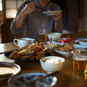 大きいからとちょっと嫌厭しがちな大皿も、発想を変えれば便利なアイテムに。みんなで取り分ける時に使えば、賑やかさも増して話も弾みそうです。食卓にもっと大皿を活躍させてみよう。