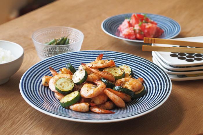 鮮やかな藍色の縞が美しい大皿です。みんなで取り分けたい中華料理や炒めものを乗せて楽しもう。シンプルだから、和洋を問わず使えます。