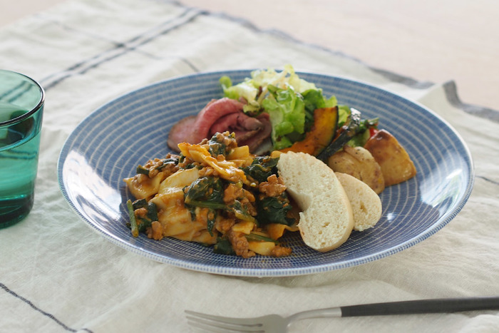 ほんのりと深みのあるシルエットが盛り付けやすそうな大皿です。炒めもの、煮物も豪快に盛り付けられそう。ワンプレートのお料理の盛り付けにも似合います。