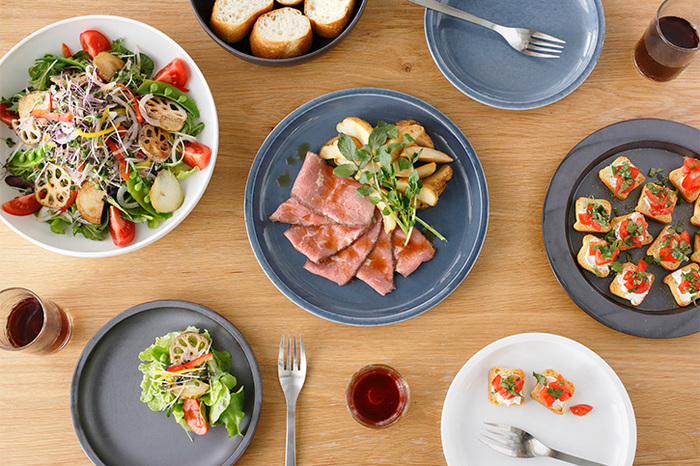 人数が集まる時、いつもとは違って食卓を華やかにしたい時、役に立ってくれるのが大皿です。普段使いにはちょっと大きいかな?それくらいがメインのお料理を引き立ててくれます。素敵な大皿と使い方をご紹介致します。