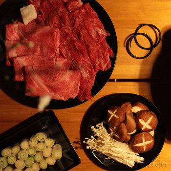 メイン料理の他に、お鍋の具材を乗せておくのにも大皿は便利。パックのままより、お肉も一層美味しそうに見えます。