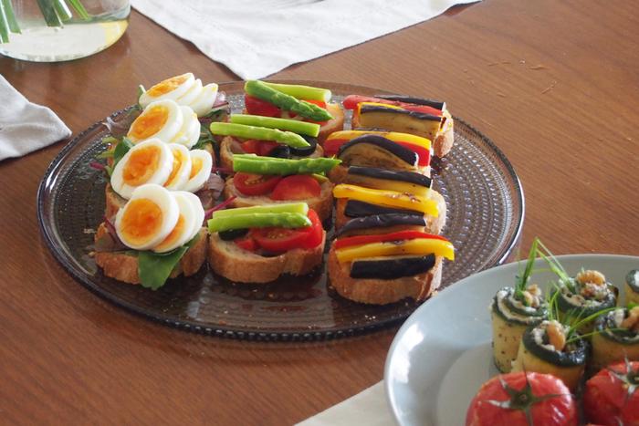 ガラスの器だとゴージャスでテーブルの花になります。ピンチョスやブルスケッタなどの前菜や、サンドイッチを並べても良さそうです。