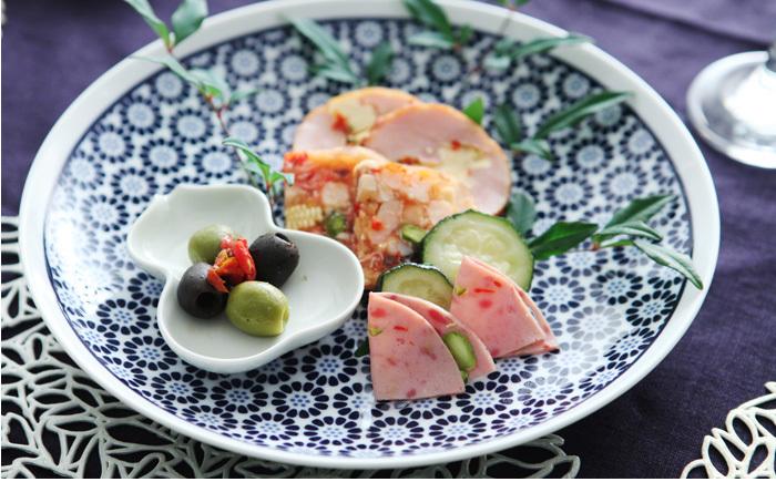 おもてなしの席で、ちょっと華やかな雰囲気を出してくれるお皿って便利です。可愛らしい豆皿を乗せて、オードブルの盛り合わせにも重宝します。