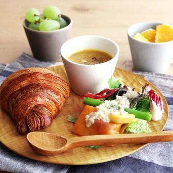 同じ大皿でも、木のお皿だと違った雰囲気に。朝食やランチのワンプレートがおしゃれに見えます。