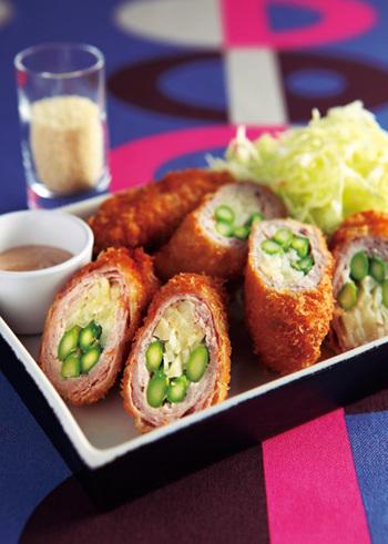 薄切りの豚肉でジャガイモやミニアスパラをクルクル巻いたロールカツ。断面も鮮やかで食べ応えもありお花見弁当でも活躍してくれること間違いなし!
