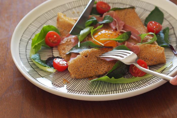 ラフな縞模様がかわいいマリメッコの大皿です。メイン料理の他に、ガレットなど、ちょっと余裕を持っても盛り付けたいお料理にも大皿は便利です。